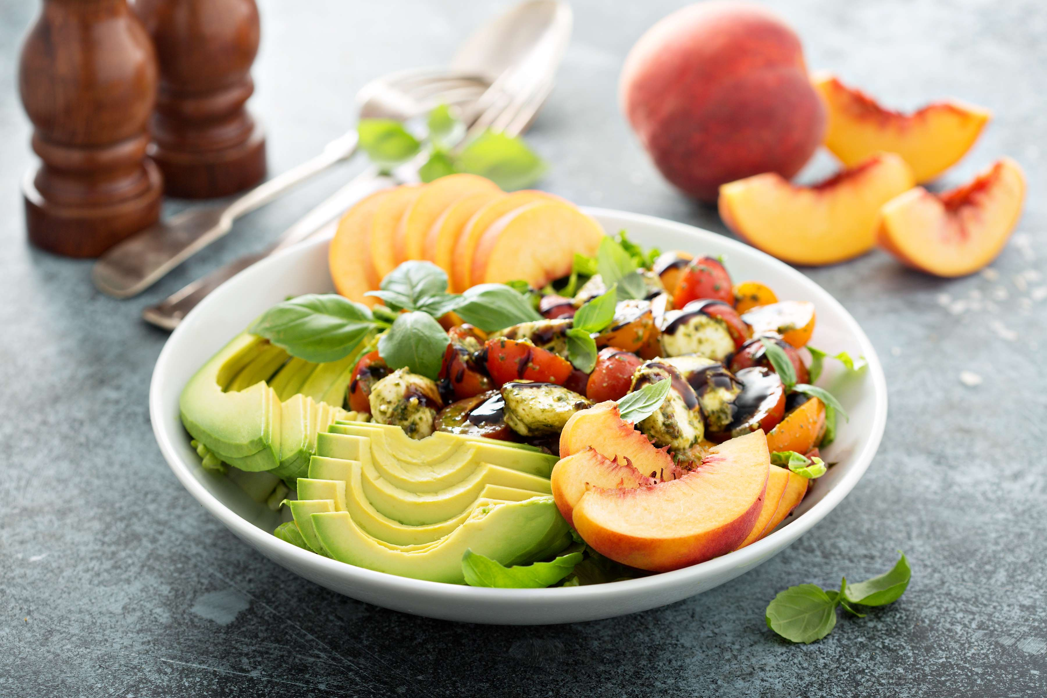 Spicy Peach And Avocado Salad Recipe | RecipeSavants.com